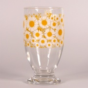 Glass footed tumbler with retro marguerite daisy design