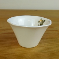 Small fluted dish with kitten detail