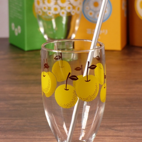 Pear design glass tumbler with metal drinking straw