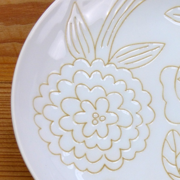 White flower pattern plate detail