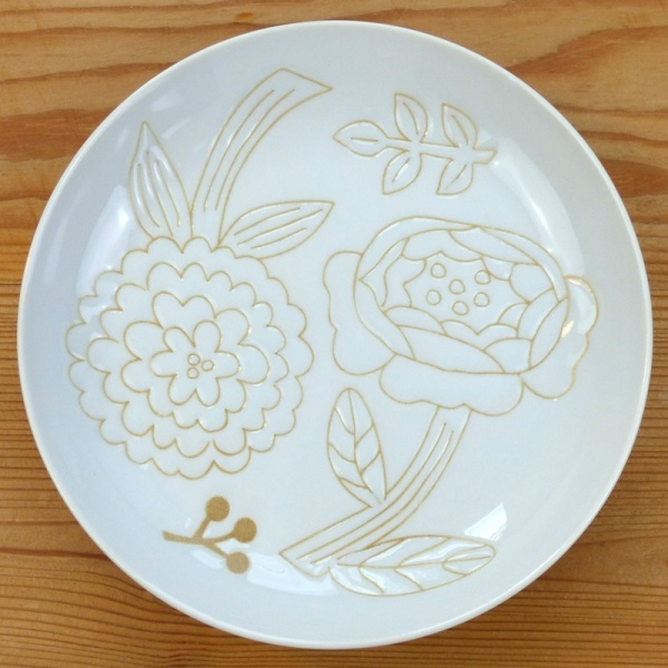 White flower pattern plate
