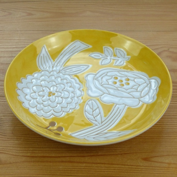Yellow Japanese flower pattern plate