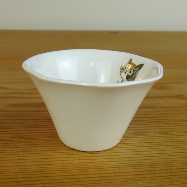 Small fluted dish with kitten detail by Shinzi Katoh