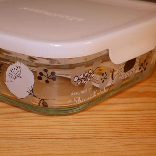 Medium-sized glass storage container - lid clip detail
