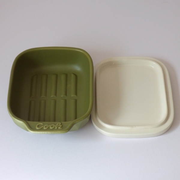 Ceramic grill or oven dish with lid in olive green