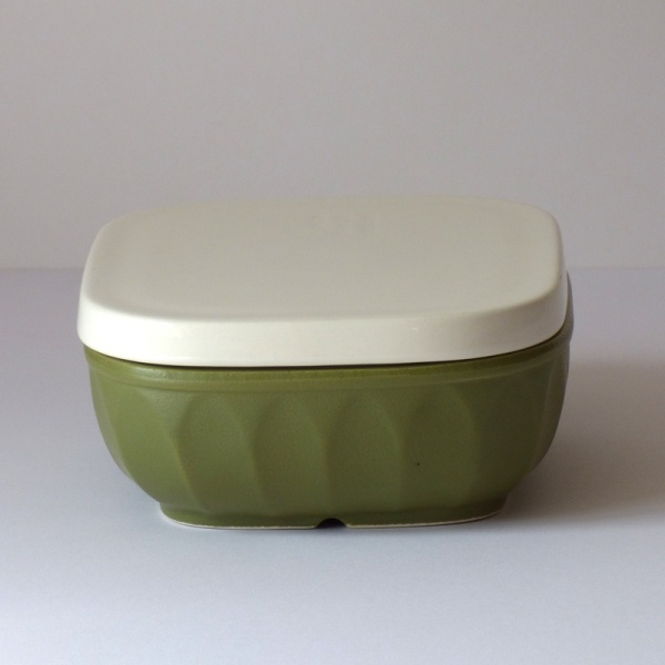 Olive green ceramic gratin / grill dish with lid on