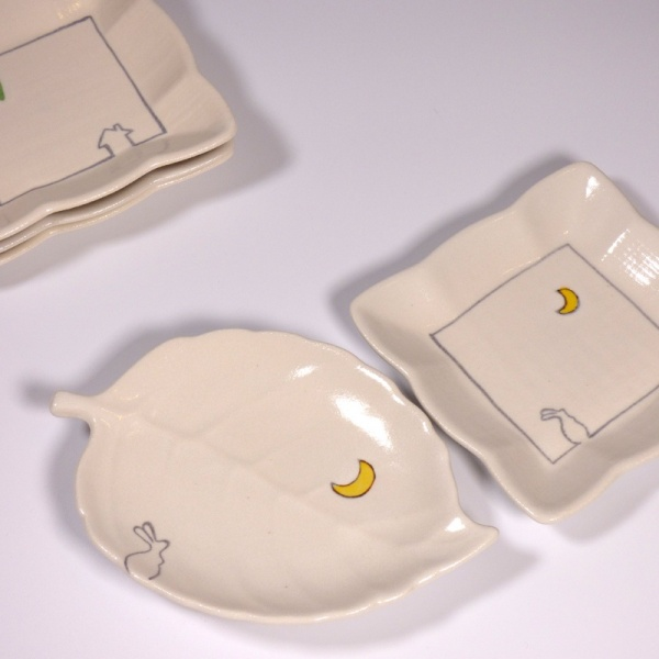 Square mini plates and leaf shaped dishes