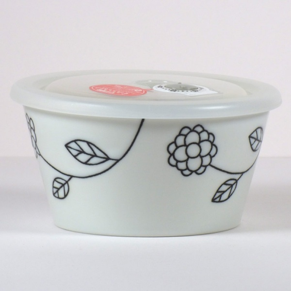 Large ceramic storage and microwave dish with plastic lid