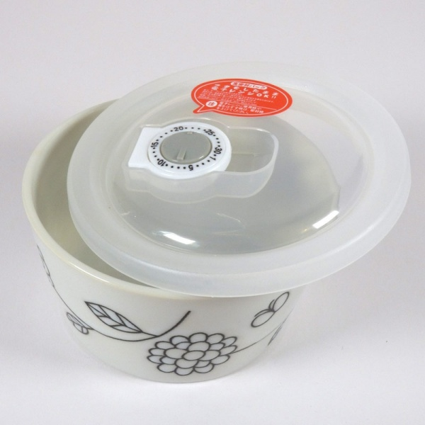 Ceramic storage and microwave dish with plastic lid