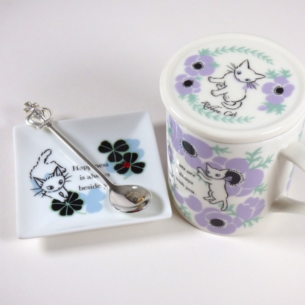 White 'Ribbon Cat' square mini plate with Anemones mug
