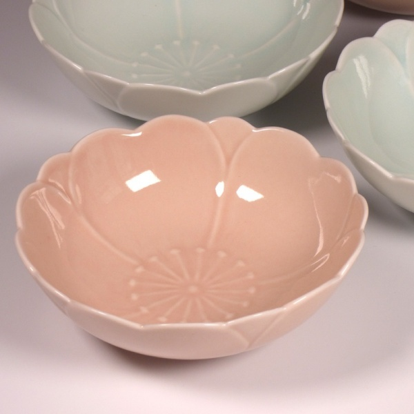 Blossom shaped bowl in pink with matching celadon blue bowls